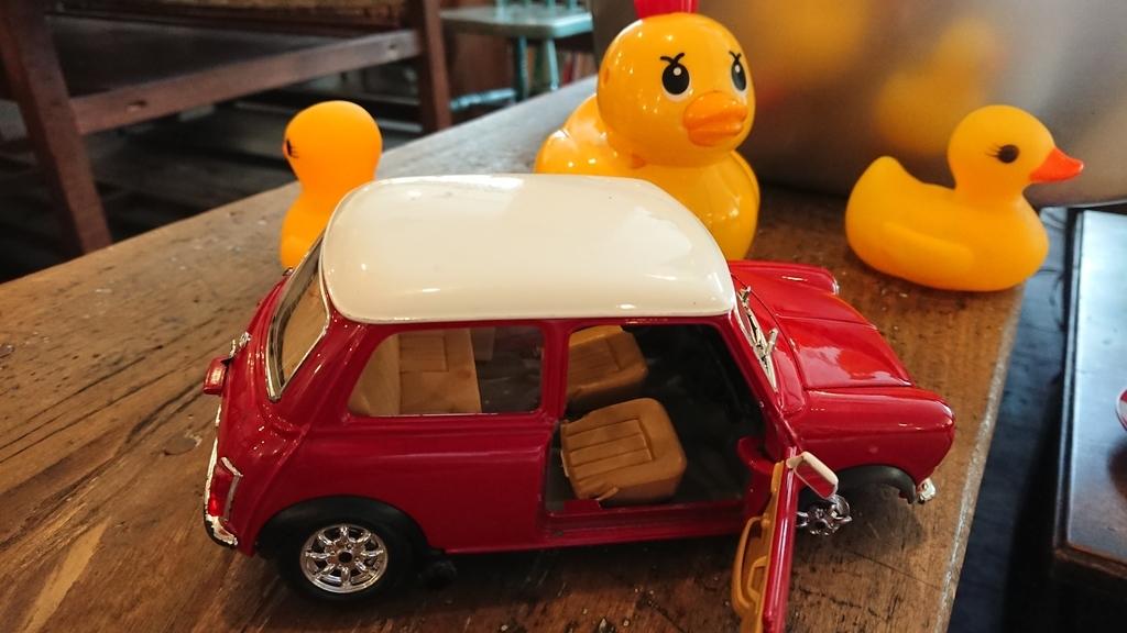 車とアヒルのおもちゃ