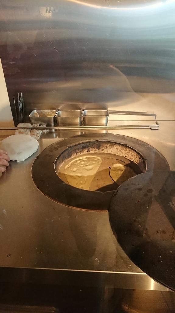 焼き窯の壁につくナン