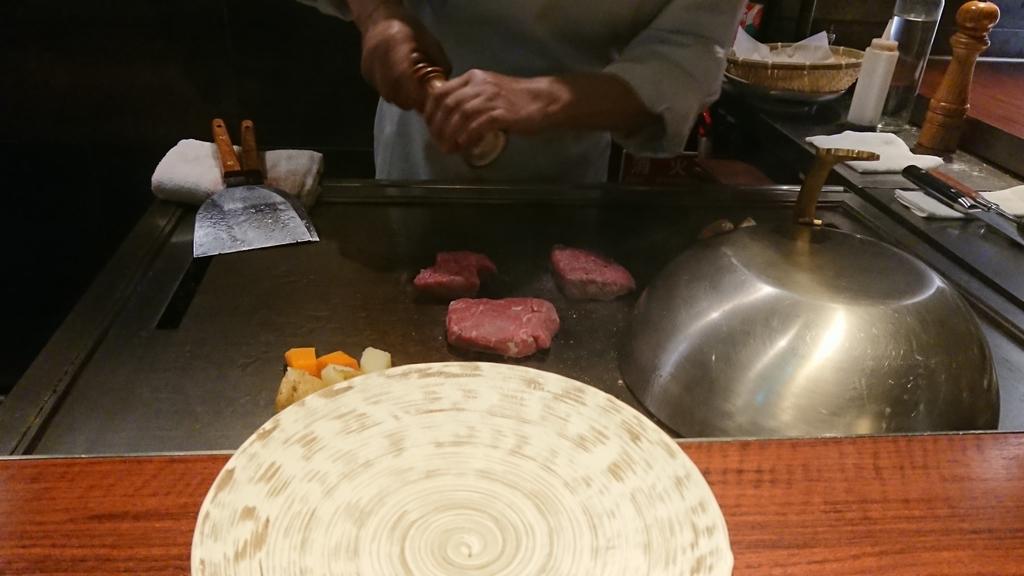 塩胡椒で味付けするステーキ