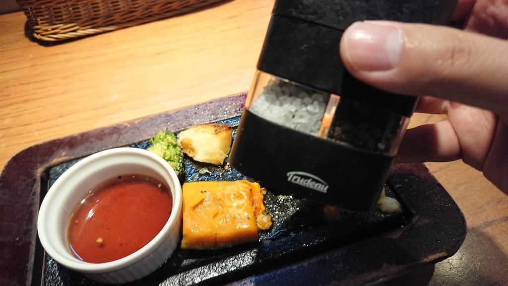 卓上に置いてある塩胡椒