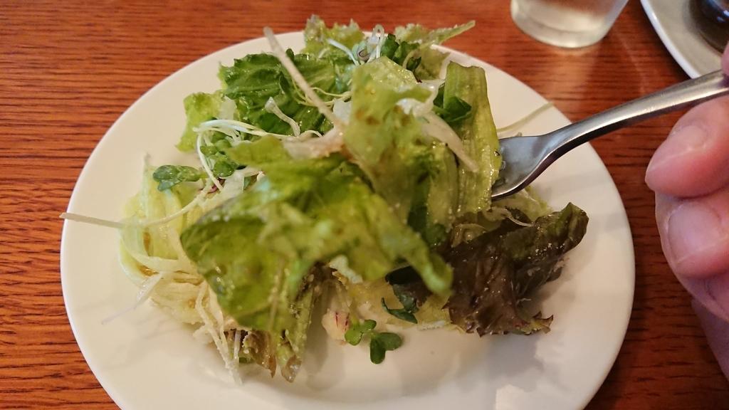 フォークで食べるサラダ