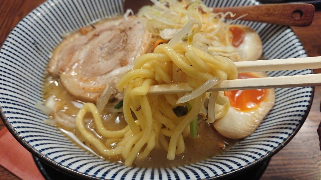 ベジタンメンの麺を食べるところ
