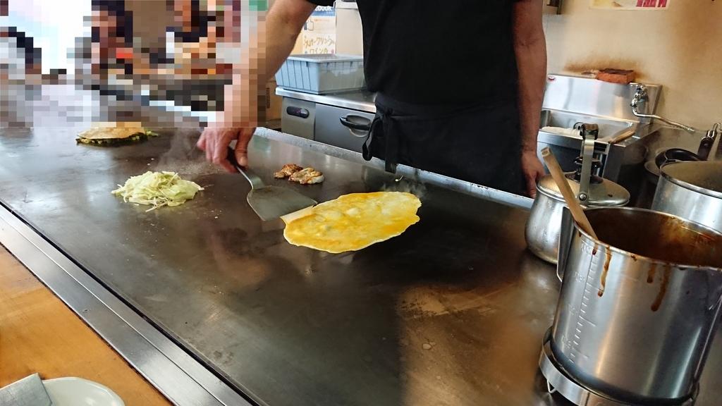 鉄板焼きで焼かれた卵