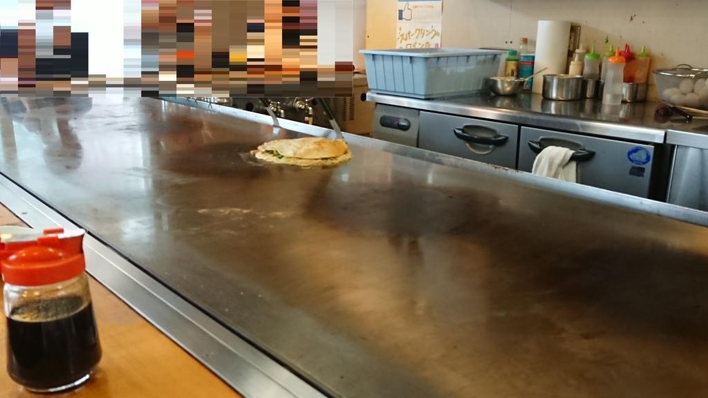 鉄板の上で作られる広島焼き
