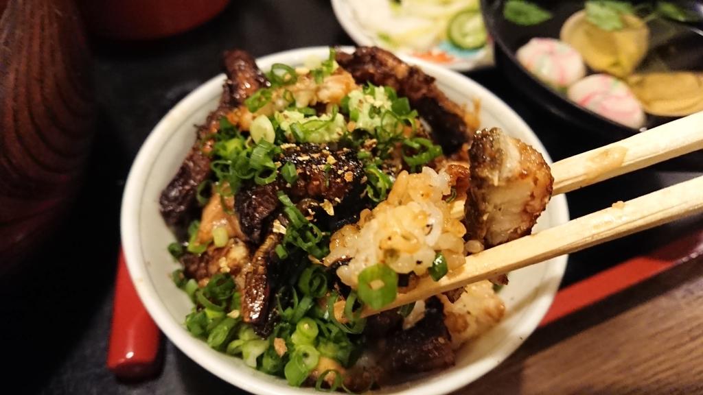 山椒をかけたひつまぶしを食べるところ