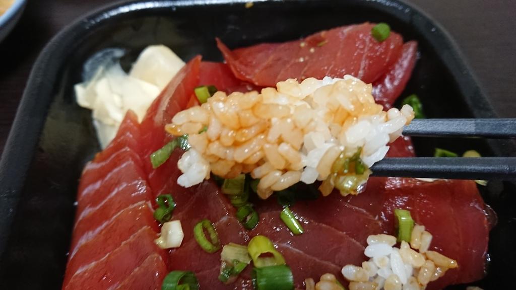 海鮮丼の酢飯を食べるところ