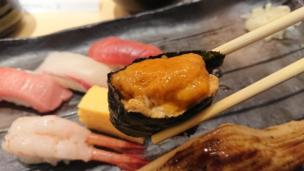 雲丹のお寿司を食べるところ