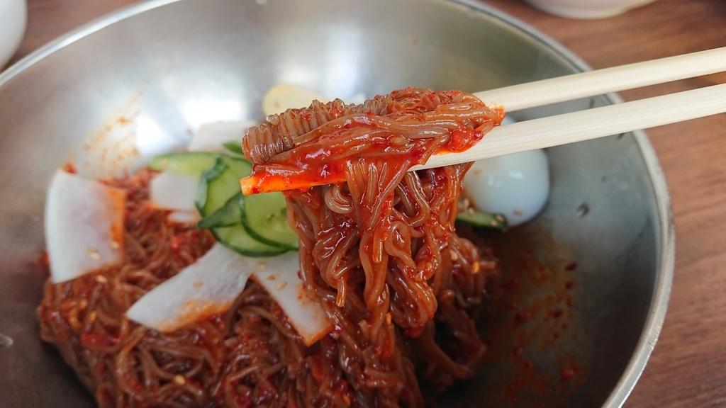 ビビン冷麺の麺を食べるところ