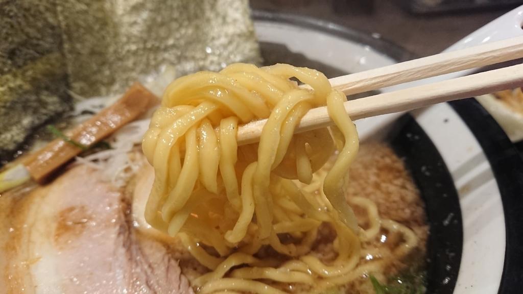 節骨こってりラーメンの中太麺