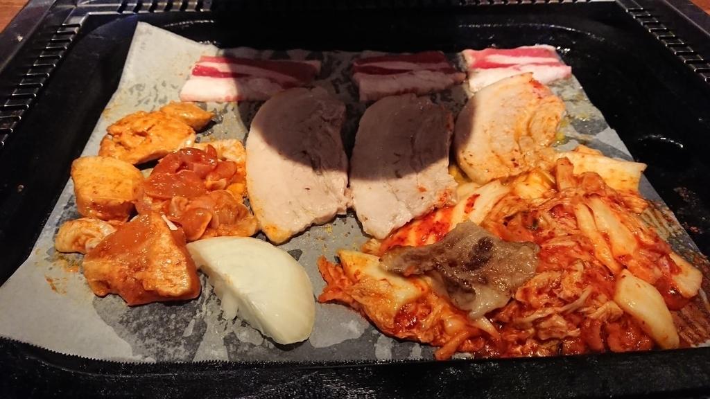鉄板で焼く豚焼肉とキムチ
