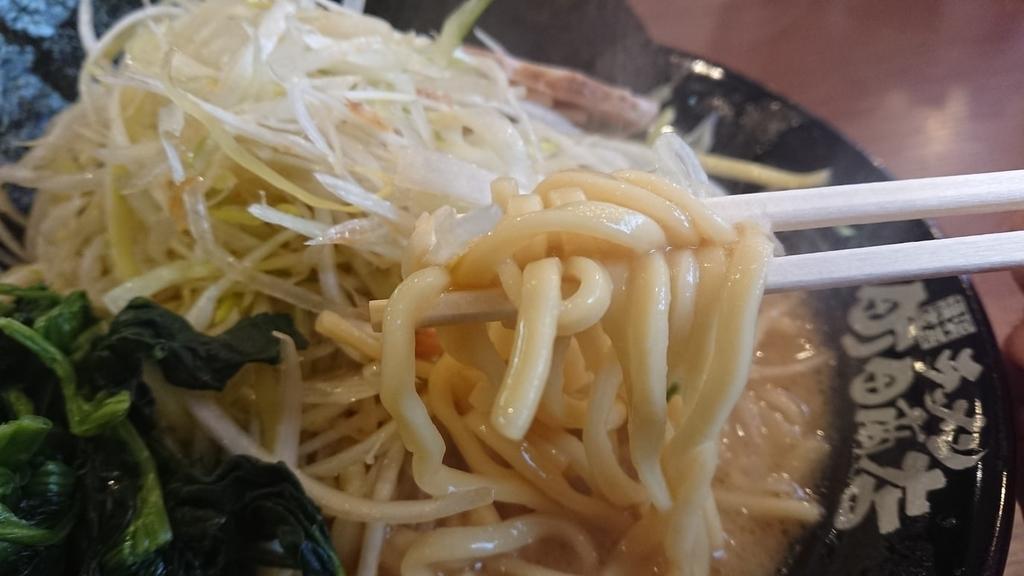 家系ラーメンの中太麺