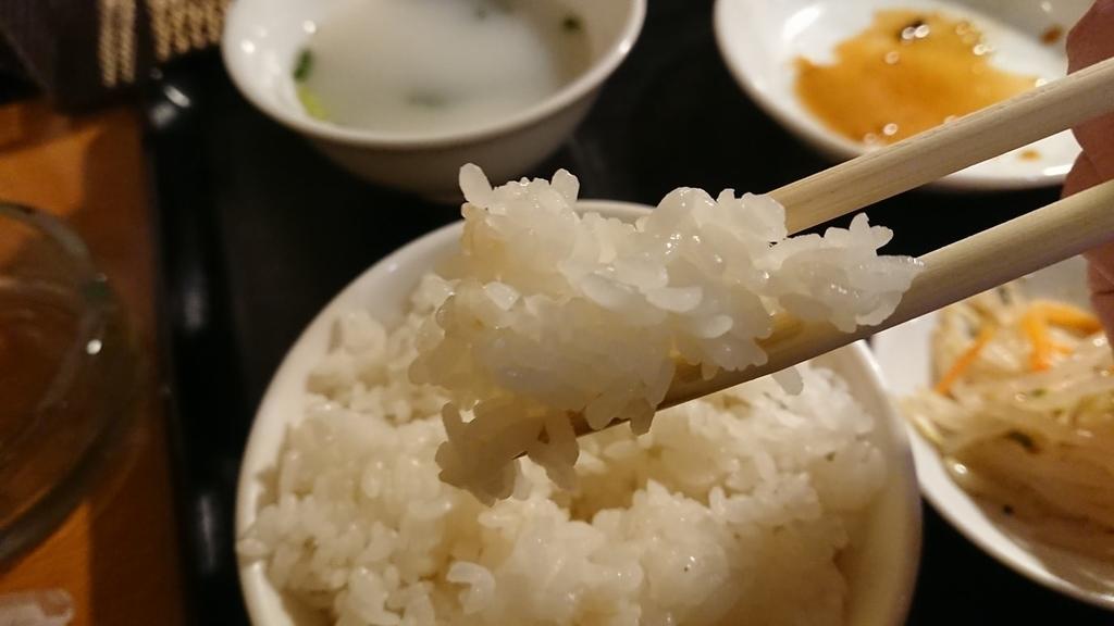 白飯を食べるところ