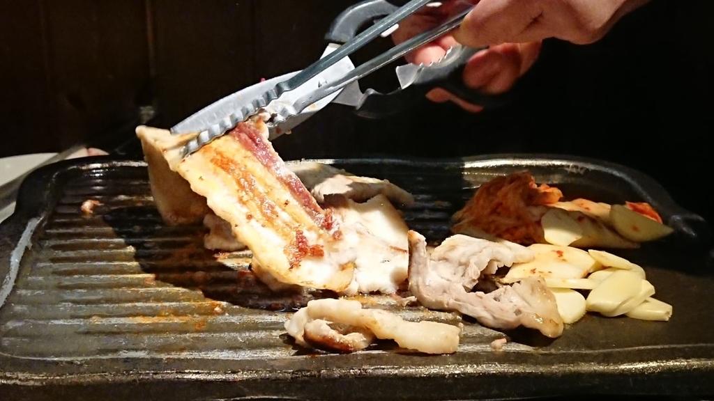 ハサミで切るサムギョプサル