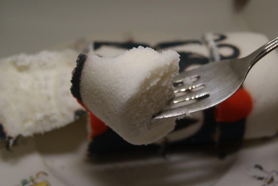 くまもとろーるをフォークで食べるところ