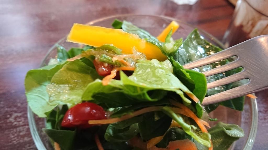産直サラダを食べるところ