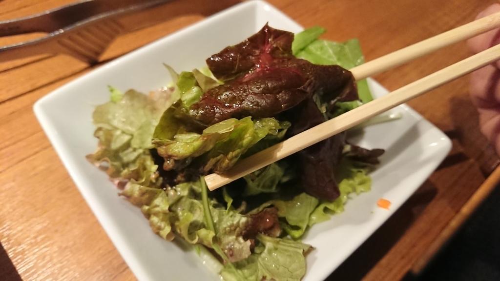 サラダを箸で食べるところ