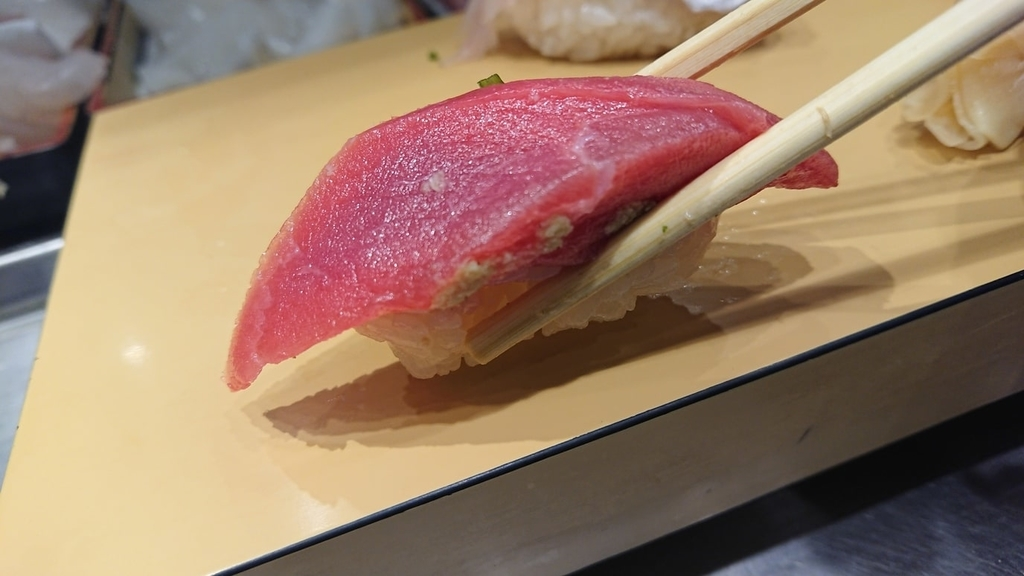 マグロ寿司を食べるところ