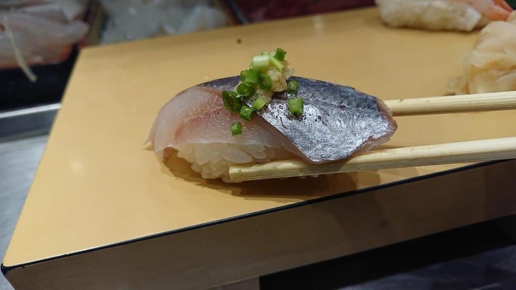 しまあじ寿司を食べるところ