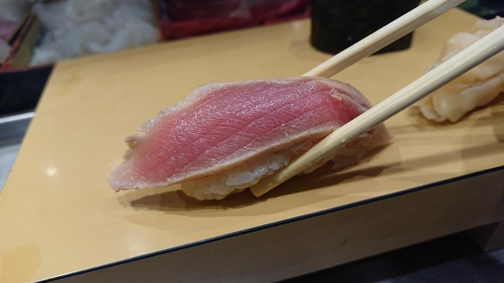 漬まぐろ寿司をたべるところ