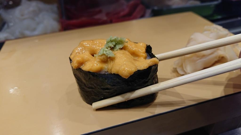 ウニの寿司を食べるところ