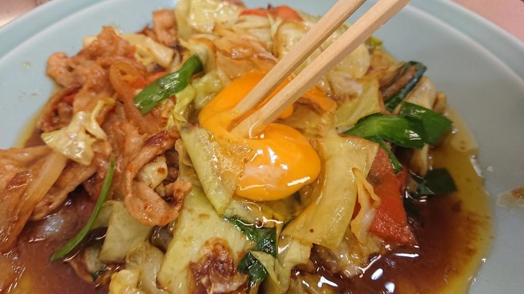 野菜と肉のタレ焼き定食の卵をとかすところ