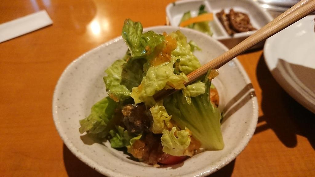 箸で食べるサラダ