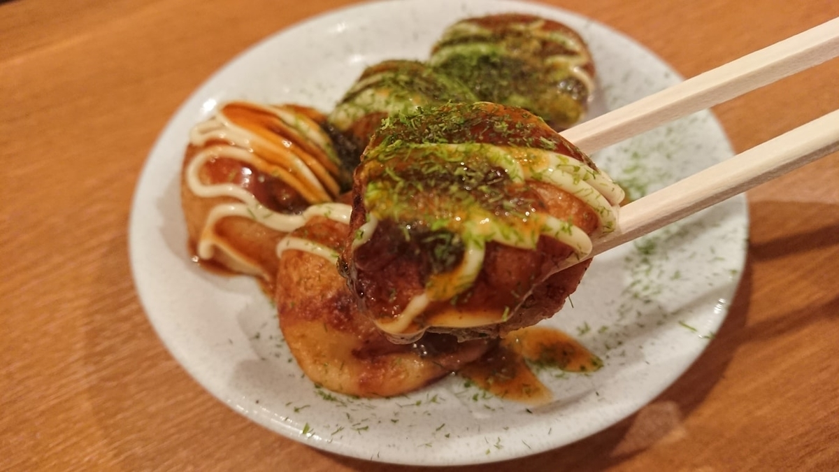 箸で食べるたこ焼き