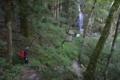 滝へ下る (2)