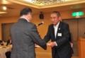佐々木副知事(左)に要望書を手渡す若井会長
