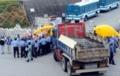 住民らに進入を阻止される工事車両