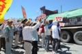 工事車両に抗議する市民=午前11時