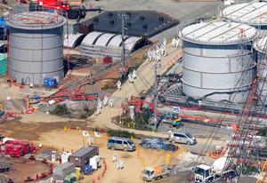 タンク増設現場で働く多くの作業員ら