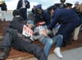 強制排除しようとする警察官