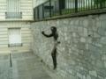 モンマルトルにある壁抜け中の壁抜け男のオブジェ