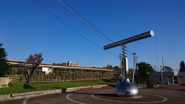 池田駅から見るワイン城と巨大オープナー.池田町地域おこし協力隊blog