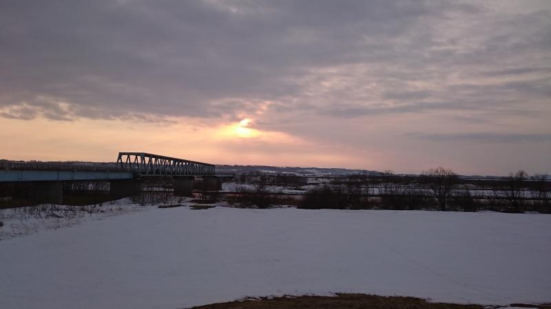 もぐり橋にて夕陽撮影。雲の下から太陽が