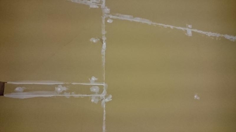 ボルダリングジムDIY中 漆喰塗りの前に隙間を埋める
