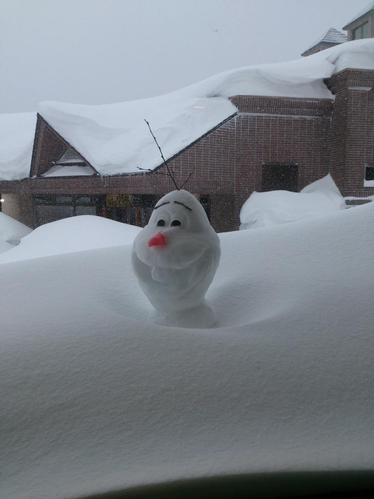 雪に埋まったオラフの雪像