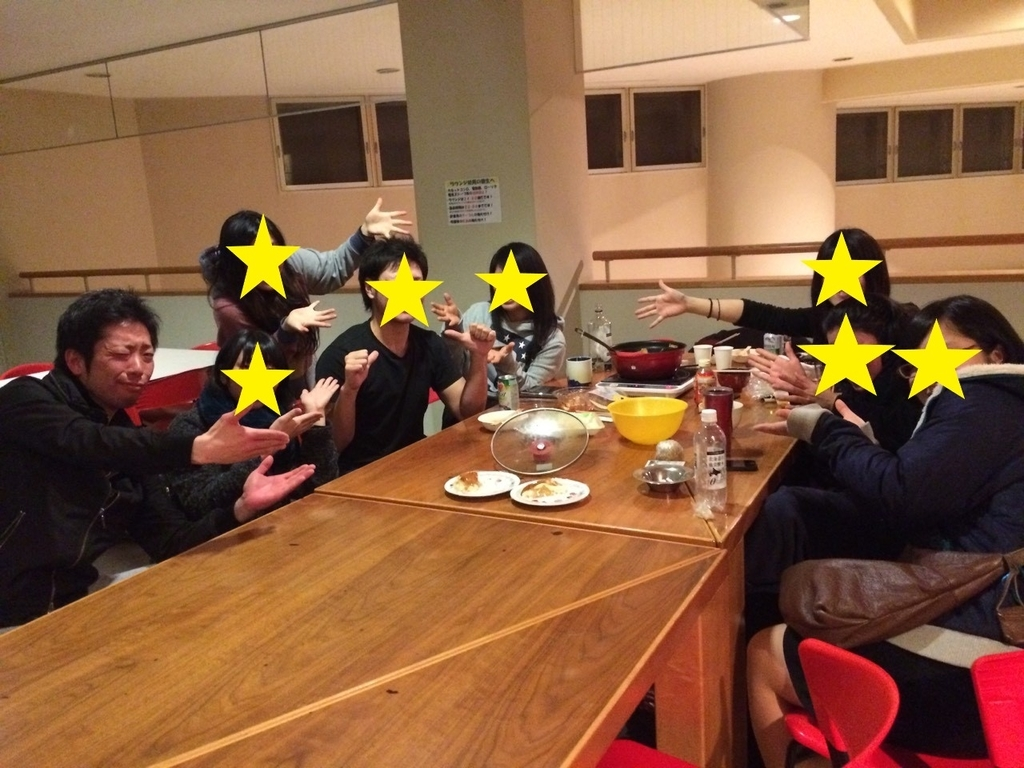 キロロ寮にて酒盛りするメンバー
