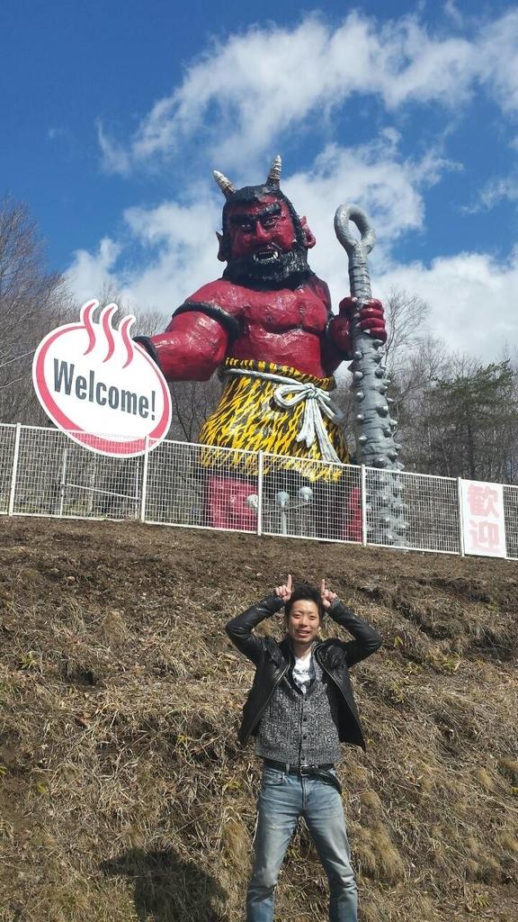 登別の鬼像の前でポーズするkuro隊員