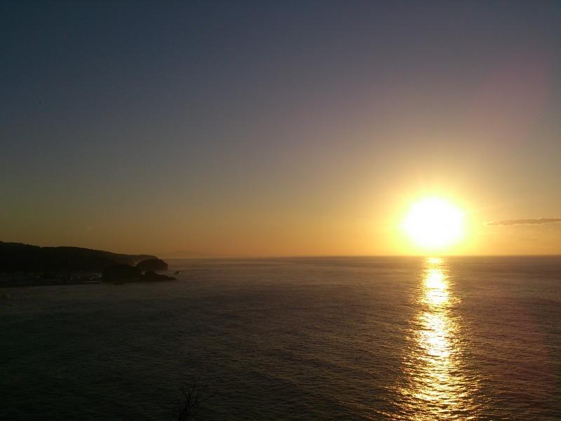 プユニ岬から見る海に沈む夕陽