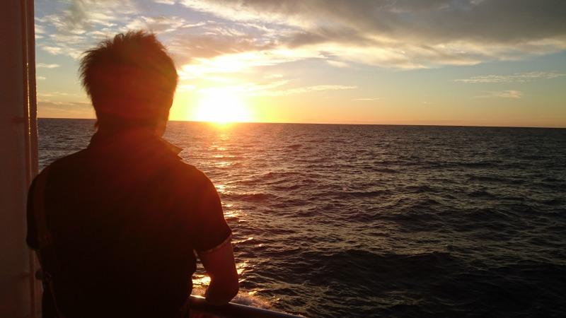 フェリーから夕陽を見るkuro隊員