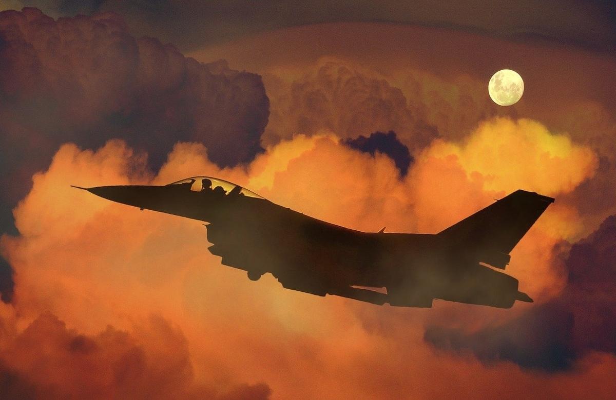 これは戦闘機と月です