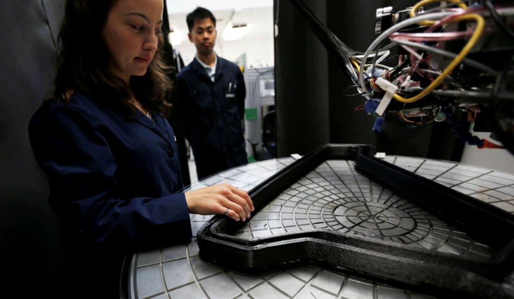 カリフォルニアにて3D印刷した自転車のフレームを検査するエンジニアたち