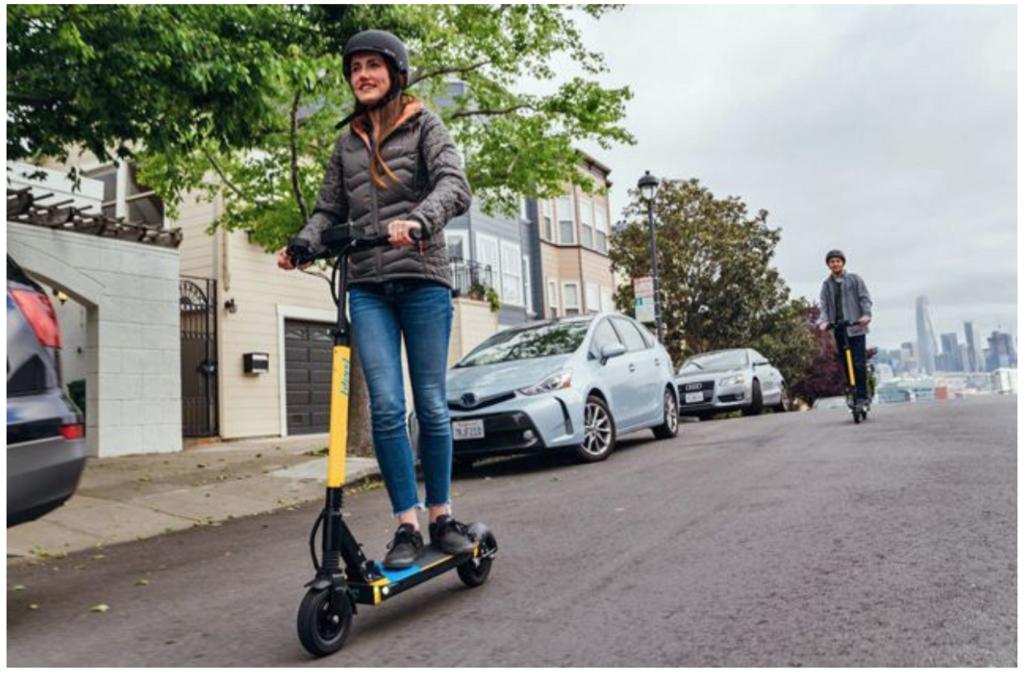 市街地を走る電動スケータの写真