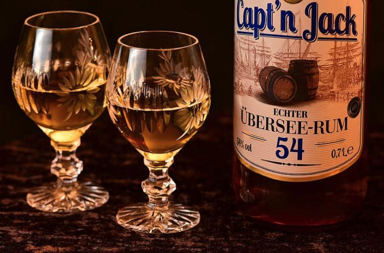 蒸留酒と2個の杯。冷静に話し合う貴重な時間