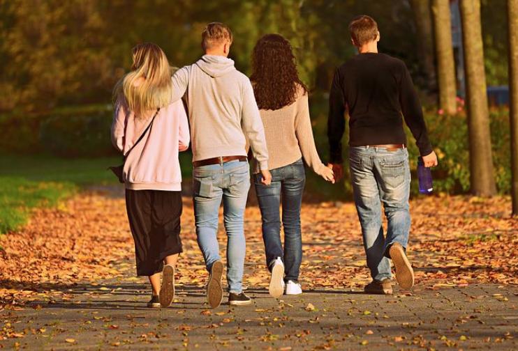 4人家族が、家路へと向かう後ろ姿。景色はすっかり秋・