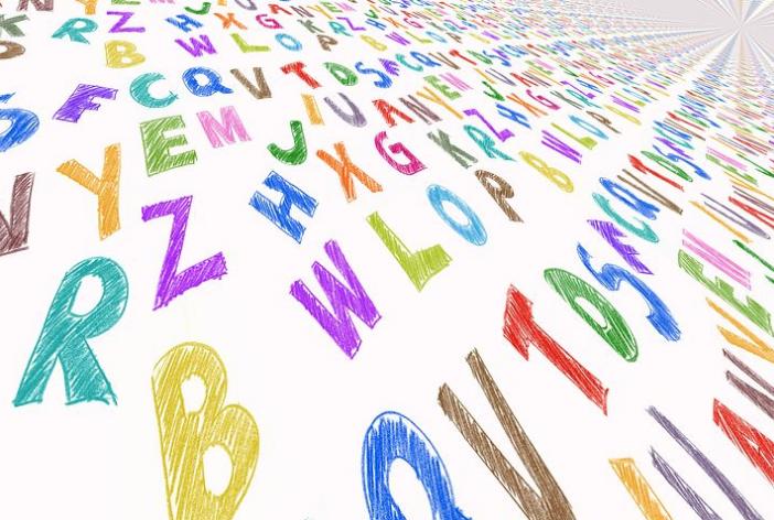 アルファベットが無限に続くデザイン