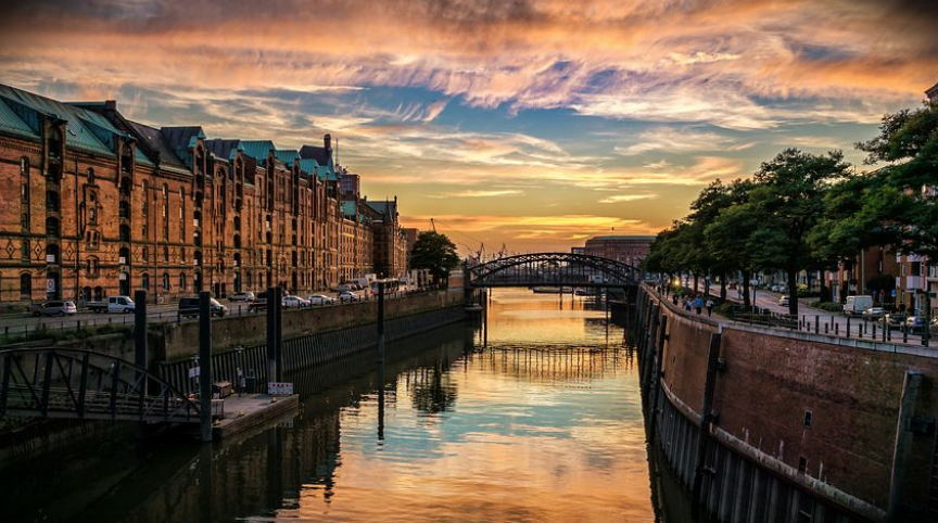 運河沿いの美しい風景。日が沈み、休息が訪れる。