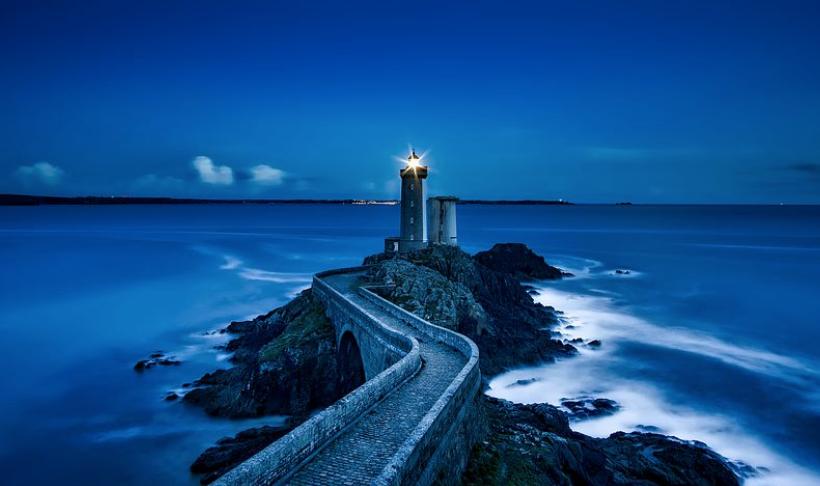 暗闇の中の一つの小さな灯台の光が輝いている